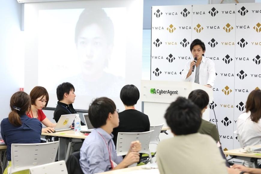 山田が旗振り役となり、20代社員の部署を超えたコミュニケーション促進、経営への提言の機会を創出。(写真中央が山田)