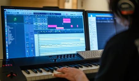 ベースやドラムなどが並ぶサウンドルーム。ゲーム事業が提供するサービス内で使用される曲はここから生まれます。