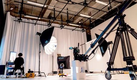 動画広告クリエイティブ制作に最適化した撮影?編集スタジオです。4つの撮影スタジオと、編集?録音ルームを併設しています。
