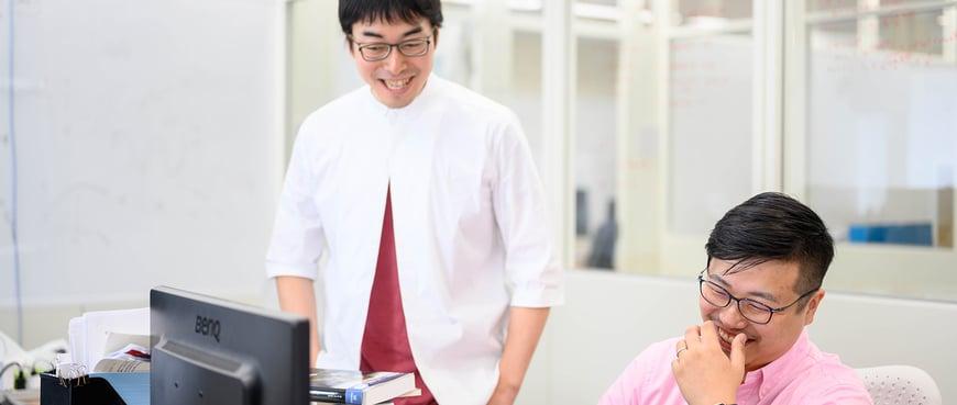 成田先生と一緒に研究を行っている様子
