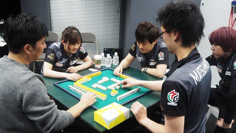 渋谷ABEMAS4選手と、監督の藤田(写真左)